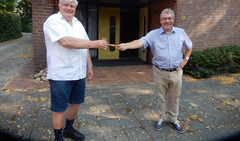 Oud waarnemend voorzitter Henk Vaags (l.) geeft de voorzittershamer over aan de nieuwe voorzitter Frank van Setten. Foto: Rinus Ilbrink