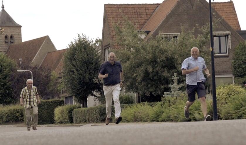Meindert Hagenbeek, Cyril Hendriks en Gerard Derksen trokken voor de opnames door het dorp. Foto: PR