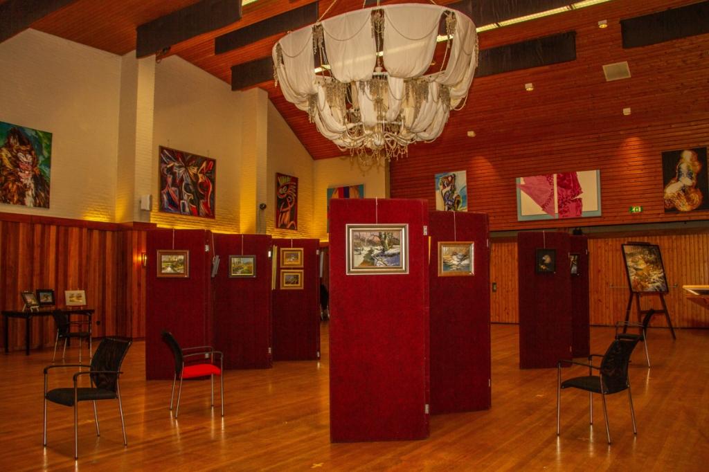 De grote zaal van Museum voor Achterhoekse Schilderkunst, waar in de zomerexpositie werk van Cees Roorda hangt. Foto: Liesbeth Spaansen  © Achterhoek Nieuws b.v.