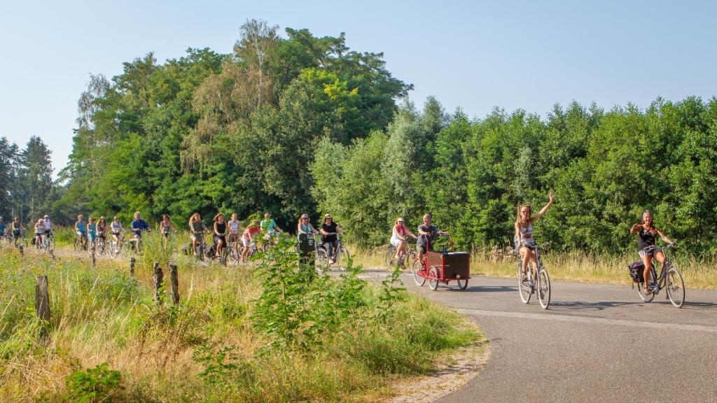 Met ruim vijftig fietsers werd langs de Vordense acht kastelen gefietst en kregen de sportieve muziekliefhebbers vier keer een (bijna) privé-optreden voorgeschoteld. Foto: Inge Schepers   © Achterhoek Nieuws b.v.
