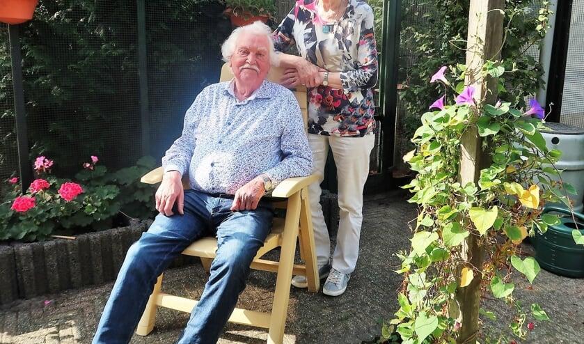 Gerard en Annie Hoffman in hun achtertuin in hartje Groenlo.  Foto: Theo Huijskes