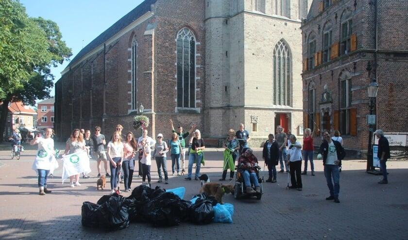 Meer dan 20 enthousiaste 'schoonmakers' verzamelden vuilniszakken vol afval rond de openbare weg en maakten Lochem zo weer een stukje schoner. Foto: PR