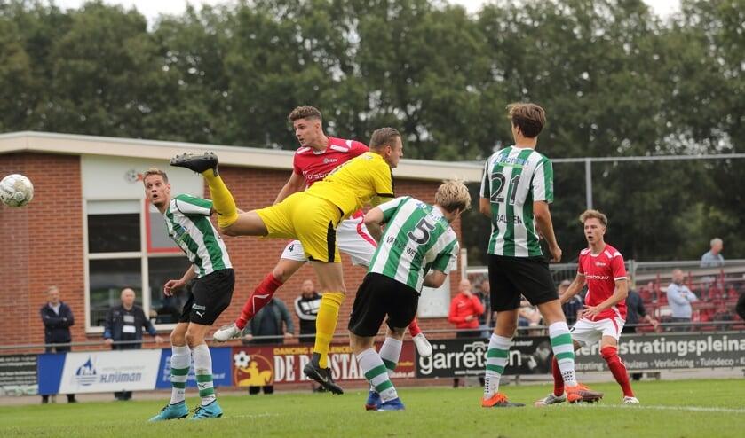 Michael Vaags kopt de enige goal van de wedstrijd binnen. Foto: Cor Hinkamp