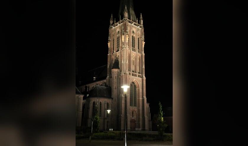 Ook 's avonds zijn de prachtige details van 'de kathedraal van de Achterhoek' goed zichtbaar. Foto: Annekée Cuppers