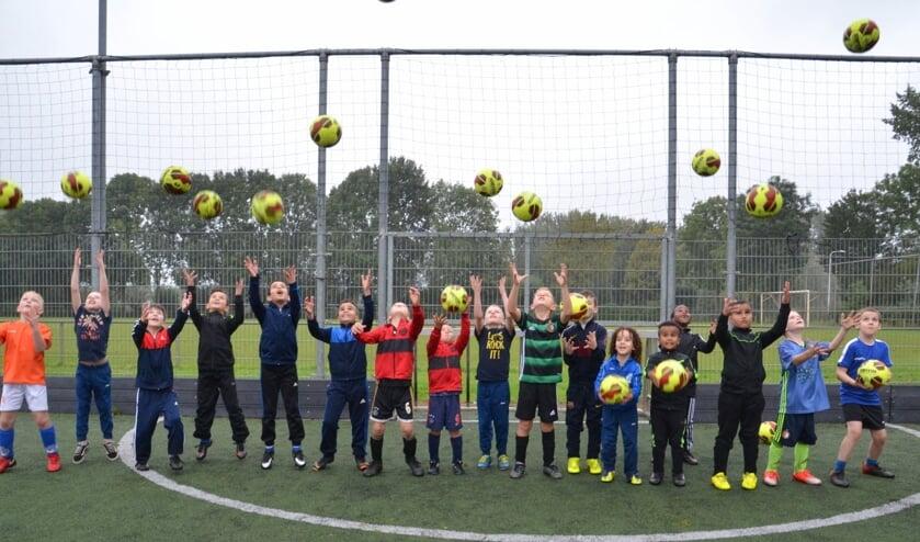 Jeugd van Be Quick is blij met de nieuwe ballen. Foto: Jan Slagter