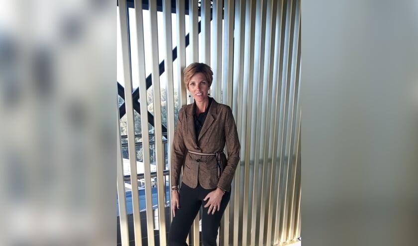 Jeanette Harmsen is trots op haar finaleplaats in de landelijke 'Secretaresse van het Jaar' verkiezing. Foto: Schoevers/Esther Molenaar
