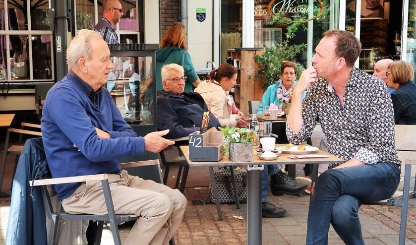 Grollenaar Theo Kaak op het terras van Wissink in gesprek met Jochem van Gelder. Foto: Theo Huijskes