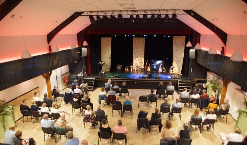 De indeling van de zaal van het Kulturhus was helemaal coronaproof. Foto: Frank Vinkenvleugel