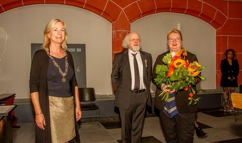 Burgemeester Annemieke Vermeulen mocht Herman van Bosheide koninklijk onderscheiden. Zijn vrouw Heidi kreeg bloemen. Foto: Achterhoekfoto.nl/Liesbeth Spaansen