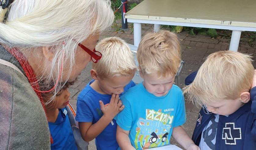 De kleuters gingen op bezoek in de Kruidenhof te Mallum. Foto: Jesse ter Avest