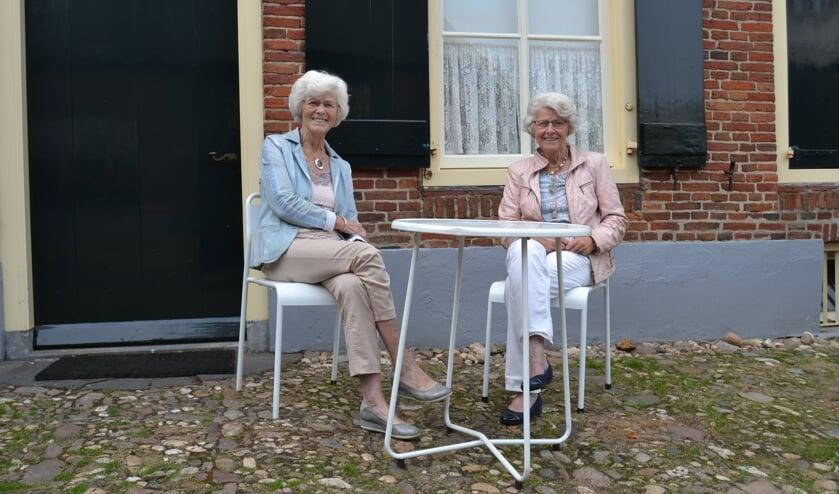 Inie Luijmes-Ebbers en Rieky Kraaijenbrink-Ebbers, voor 'hun' Onderduikmuseum. Foto: Karin Stronks