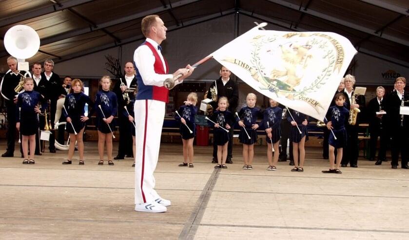 Het vaandel van Vereniging Volksfeest Linde wordt dit jaar niet gezwaaid. Foto: PR