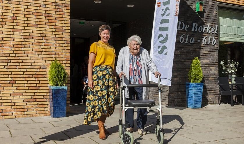 Activiteitenbegeleidster Emmy Scheurwater en mevrouw Valk, bewoonster De Borkel. Foto:Sensire / Riënne Wopereis