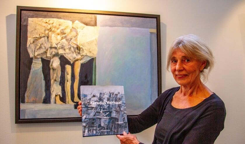 <p>Voorzitter Stichting De Ezelstal Willemijn Colenbrander laat de biografie van Gradus Verhaaf zien. Foto: Liesbeth Spaansen</p>