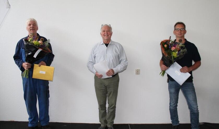 Directeur Jan Willem Hoopman geflankeerd door de jubilarissen. Foto: PR