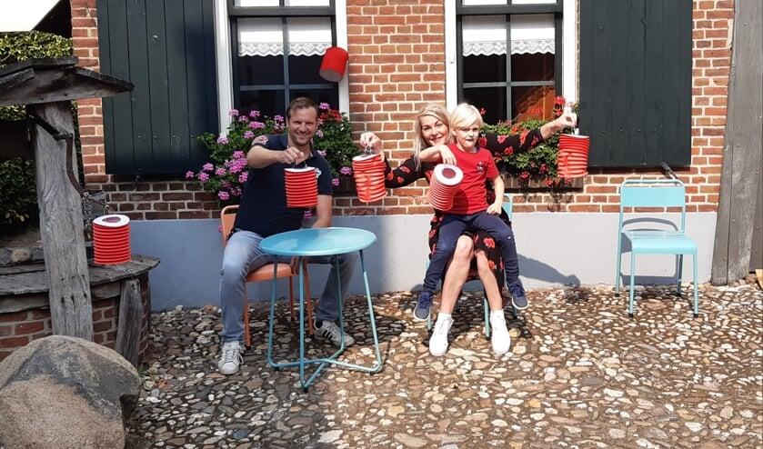 Michiel en Karin met Koos en de rode lampionnen. Foto: PR
