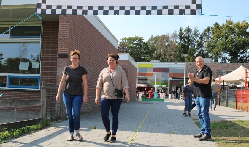 Onder applaus van Joop Stegeman (r) kwamen Jannie Roekevisch en Anneke Wuestman binnen lopen. Foto: Arjen Dieperink
