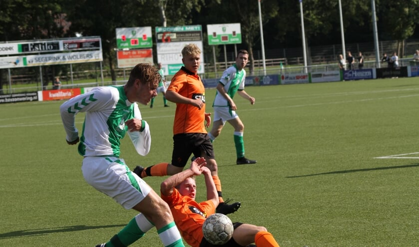 Matthias Hoorn in duel met speler Keijeburgse Boys. Foto: Suzanne Halfmouw