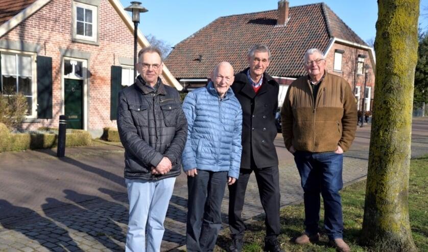 Jan Oonk, Wim van Keulen, Job de Gelder en Fred Wolsink (v.l.n.r.) zijn de samenstellers van de Tegelroute in Zelhem. Foto: Marian Oosterink