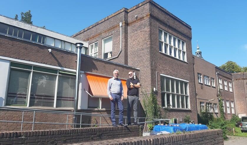 Als de voormalige school aan het Vispoortplein een monumentale status krijgt, is er volgens architect Lars Courage (rechts) niets meer mogelijk op deze locatie. Links staat mede-eigenaar Eric Kruyssen.  Foto: Rudi Hofman