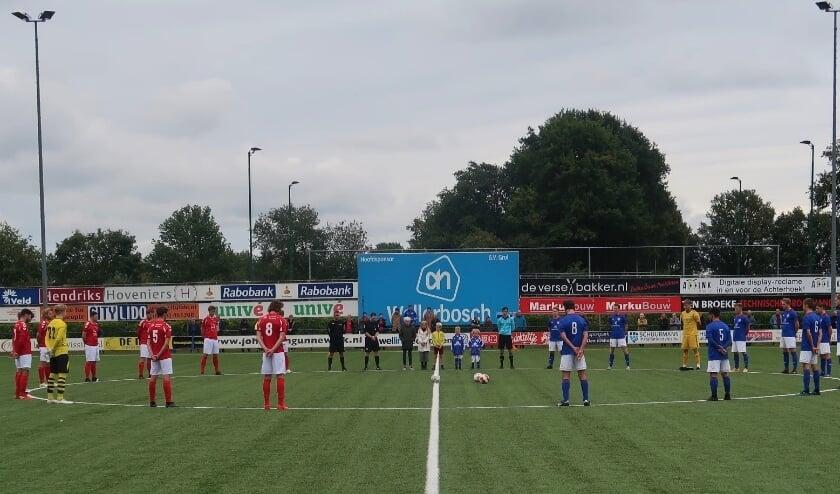Eén minuut stilte voorafgaande aan de wedstrijd voor Henk Porskamp. Foto: Theo Huijskes