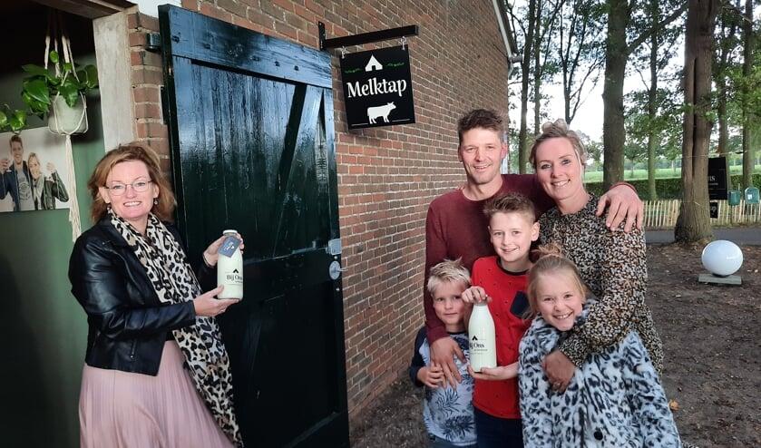 Wethouder Marieke Frank opende de allereerste melktap van Oost Gelre op het bedrijf van Toon en Nienke Hulshof  in Lievelde. Foto: Kyra Broshuis