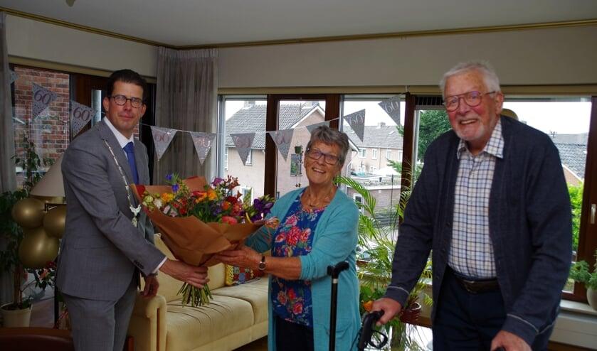 Burgemeester Joost van Oostrum feliciteert het echtpaar Ewouds met hun zestigjarig huwelijk. Foto: Pieter Ewouds