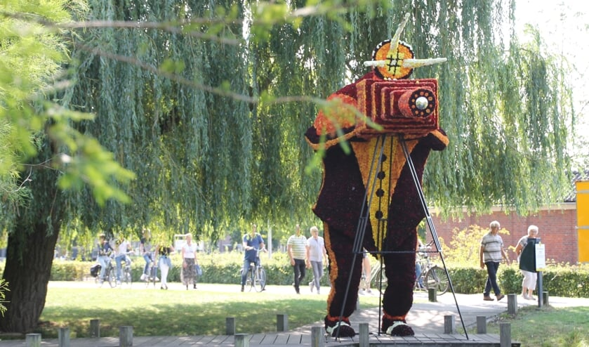 Het werk 'Spiegelbeeld' van de Lummels + kids in het Wentholtpark.