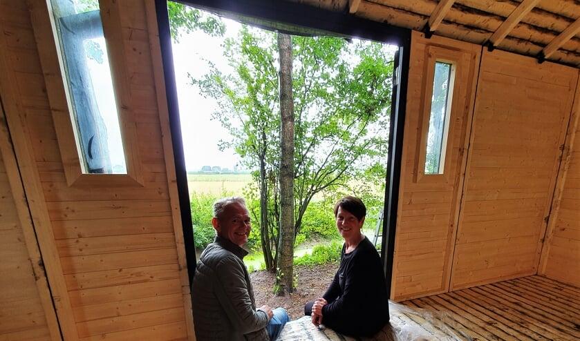 Leo Teunissen en Carolien Beijer in hun Tiny House on Wheels 'Into the Wild' dat een prachtig uitzicht biedt over het omliggend natuurgebied. Het streven is om deze unieke overnachtingsplek vanaf 10 oktober te kunnen verhuren. Vooralsnog is er nog werk aan de winkel. Foto: Alice Rouwhorst