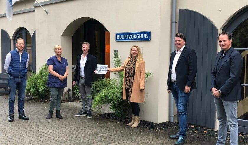 Marloes de Ruyter krijgt de cheque van de Junior Kamer Zutphen uit handen van voorzitter Carel Addink. Foto: Petra de Wit