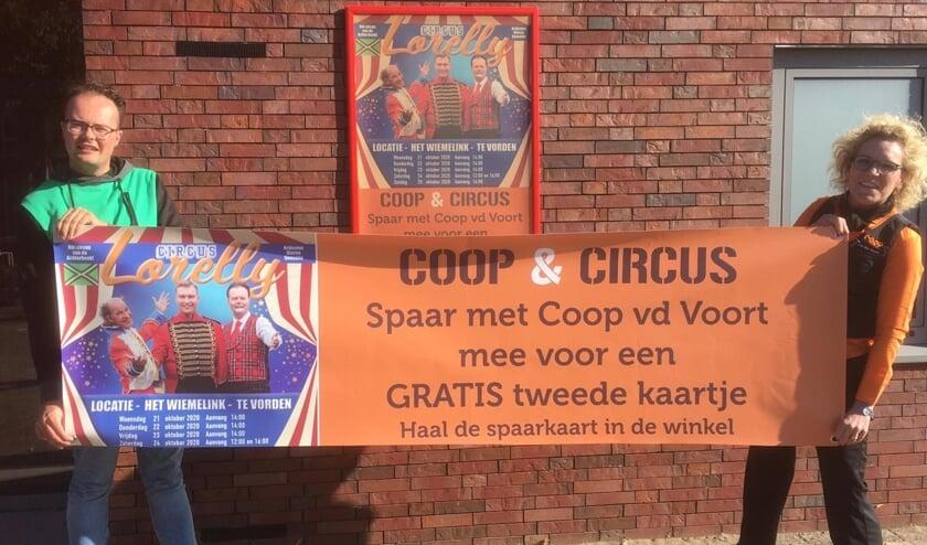 Lennart Schoppers.van Circus Lorelly en Monique van der Voort van Coop Vorden promoten de actie voor een gratis toegangskaartje voor het circus. Foto: PR