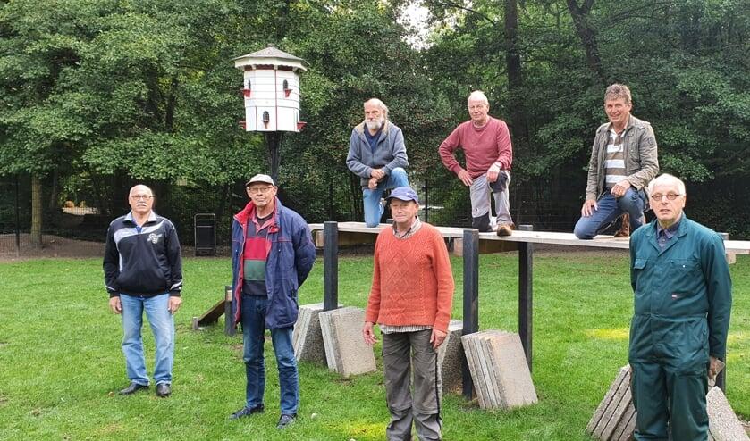 De vrijwilligers van het parkonderhoud, met tweede van rechts coördinator Harry Overbeek. Foto: Rob Weeber