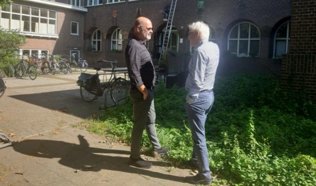 Architect Lars Courage en mede-eigenaar Eric Kruyssen roepen de gemeente Zutphen en andere betrokken partijen op samen aan een nieuw herontwikkelingsplan voor de locatie oude meisjesvakschool te gaan werken. Foto: Rudi Hofman  © Achterhoek Nieuws b.v.