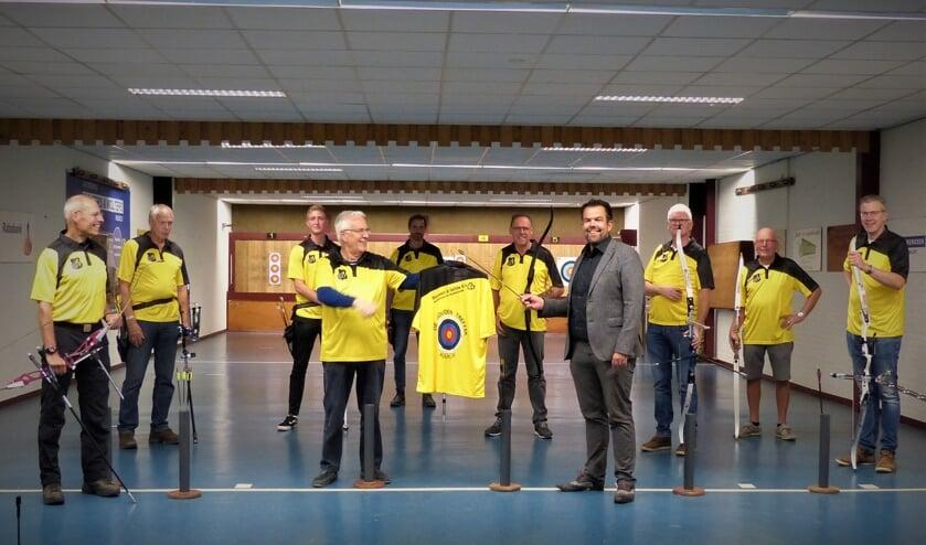 Voorzitter Bert Turfboer (l) van De Gouden Treffer overhandigt een shirt aan sponsor Erik Lindenshot. Foto: PR