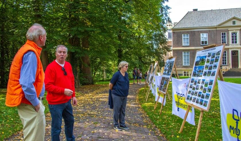 Han van der Lans (l.) geeft uitleg aan gasten van Kasteel Hackfort. Foto: Liesbeth Spaansen
