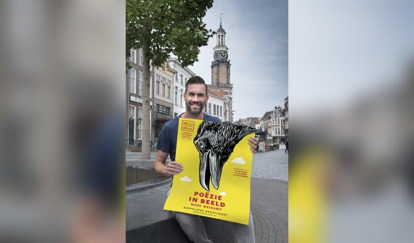 Marc Weikamp, geboren in Lichtenvoorde, met het affiche van de overzichtsexpositie die in de Koppelkerk in Bredevoort wordt gehouden. Foto: Gerard Mühlradt