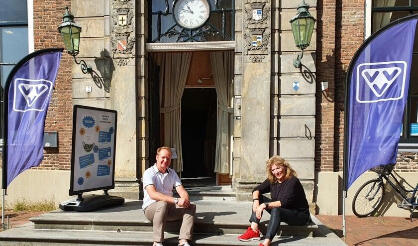 Ramón Bakhuizen en Lineke Poken voor het VVV-kantoor. Foto: Wendy Goodin