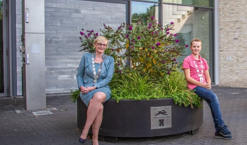 <p>Burgemeester Marianne Besselink en jeugdburgemeester Kjeld Kempers bij het gemeentehuis van Bronckhorst. Foto: Liesbeth Spaansen</p>