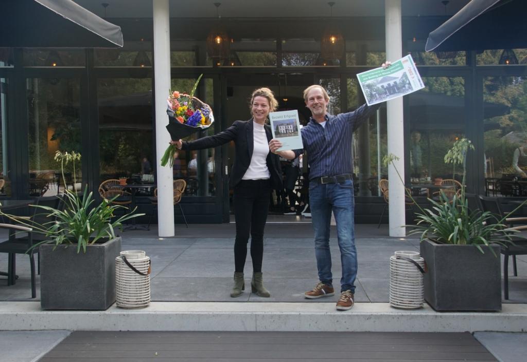 Jos Betting en Nicole Prinsen zijn blij met de prijs. Foto: Frank Vinkenvleugel  © Achterhoek Nieuws b.v.