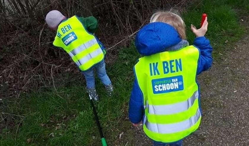 Vrijwilligers ruimen andermans troep op. Foto Marja Polman