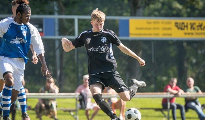 Mika Dekker, die goed was voor 3 doelpunten, in actie. Foto: Koos Groenewold