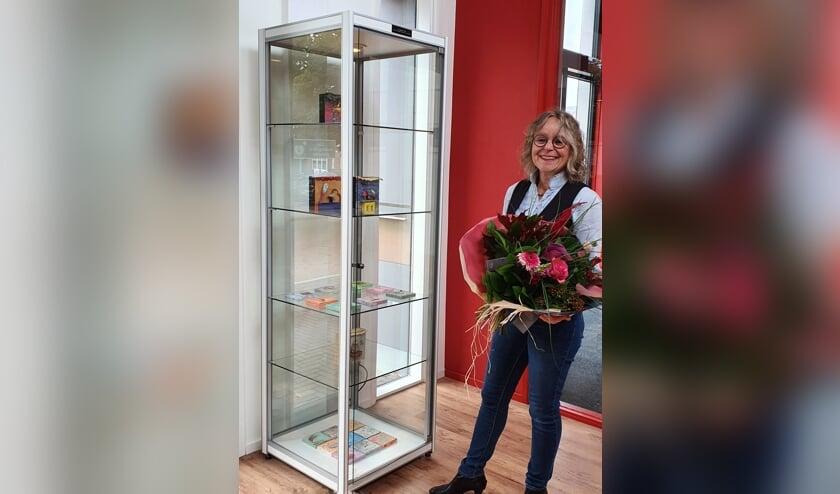 Marika Meershoek bij een vitrine met haar werk. Foto: PR