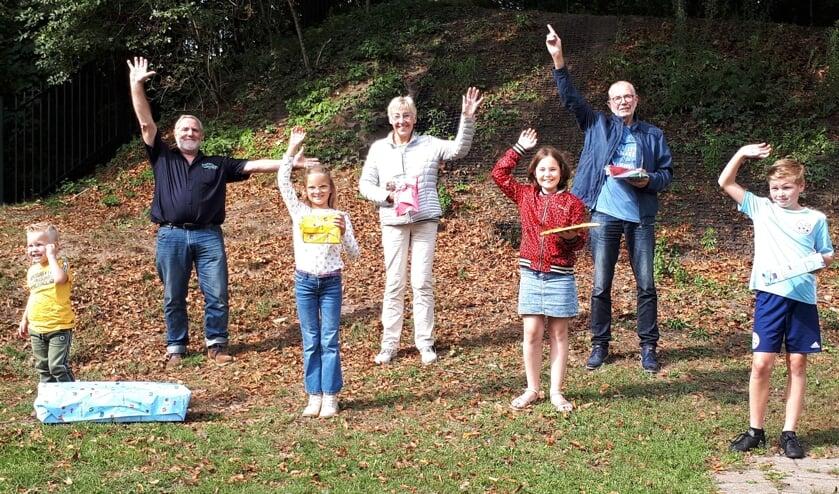 Chris Kater (links) met blije prijswinnaars om zich heen. Foto: Stichting Grolse Kermis