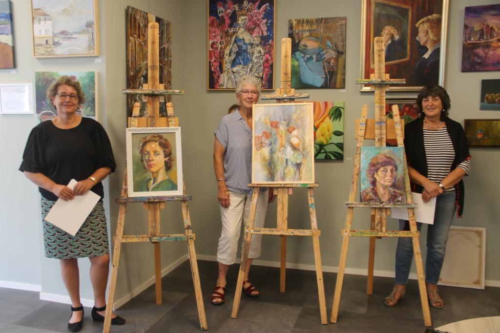 Van links naar rechts: Charlotte Heesen, 1e prijs vakjury, Ellen Nootenboom, 2e prijs en Denise Plooij, 3e prijs. Foto: Lineke Voltman  © Achterhoek Nieuws b.v.