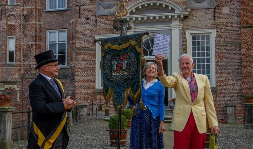 Baron en barones Van Lynden enthousiast over jubileumboek 125 jaar Volksfeest Keppel en Eldrik. Foto: Achterhoekfoto.nl/Liesbeth Spaansen