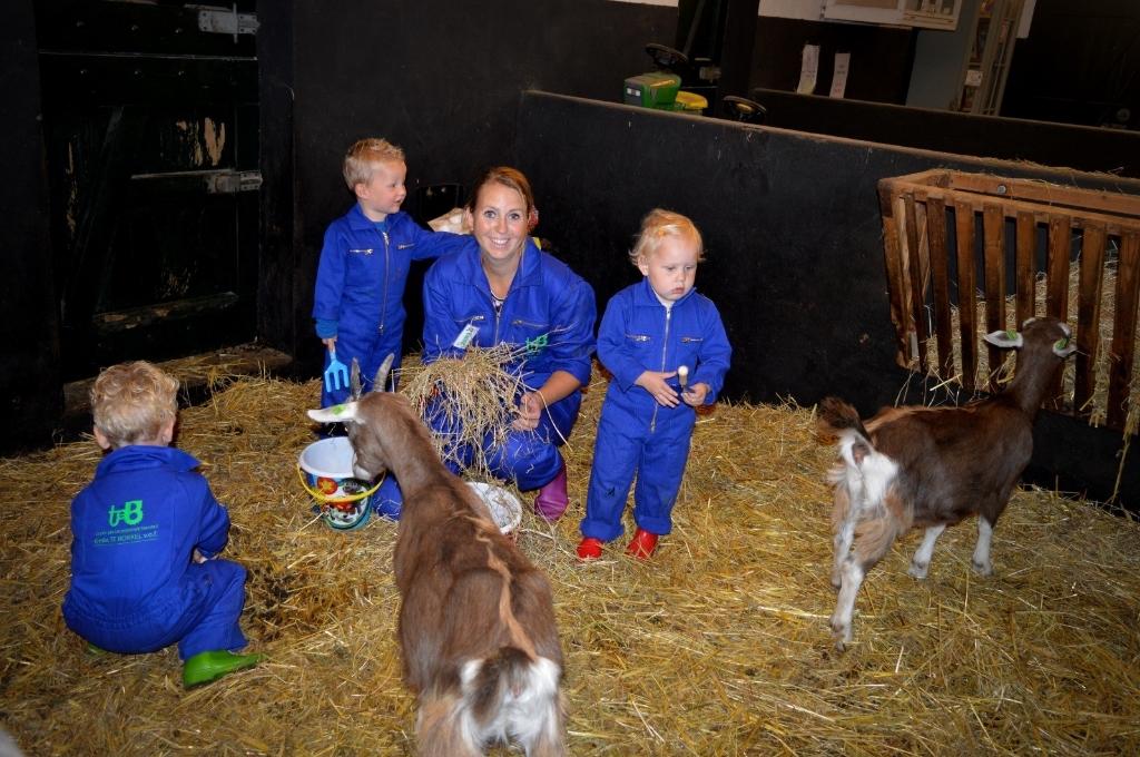 Sandra Nijman met wat Kleine Bözzels bij de geitjes in de stal. Foto: PR  © Achterhoek Nieuws b.v.