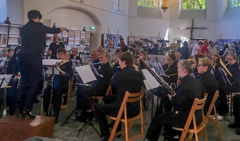De harmonie van Nieuw Leven treedt op in de Steenderense Remigiuskerk. Foto: Historische Vereniging Steenderen