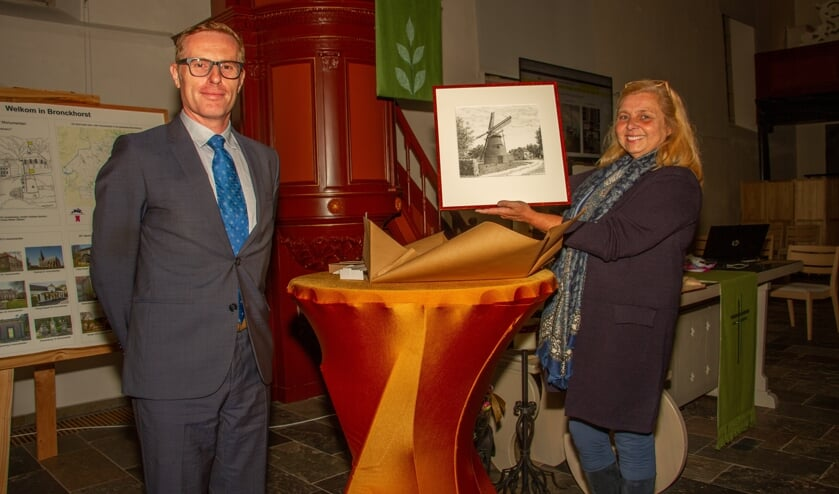 Wethouder Buunk 'overhandigde' de Monumentenprijs aan eigenaar van de Coops Molen, Hélène Pellegrini. Foto: Achterhoekfoto.nl/Liesbeth Spaansen