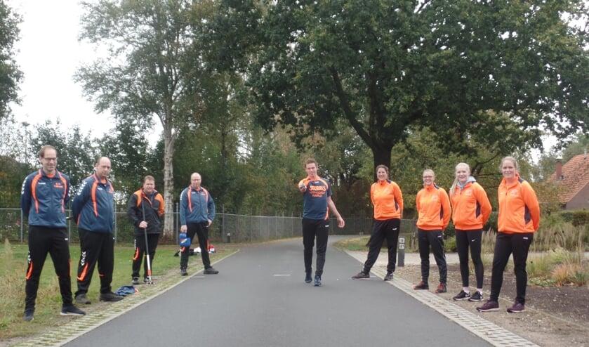 Onder toeziend oog van zijn teamgenoten (links) en de vrouwen van de kernploeg had Patrick Zieverink een perfect afschot tijdens de eerste landelijk straatwedstrijd. Foto: Jan Hendriksen