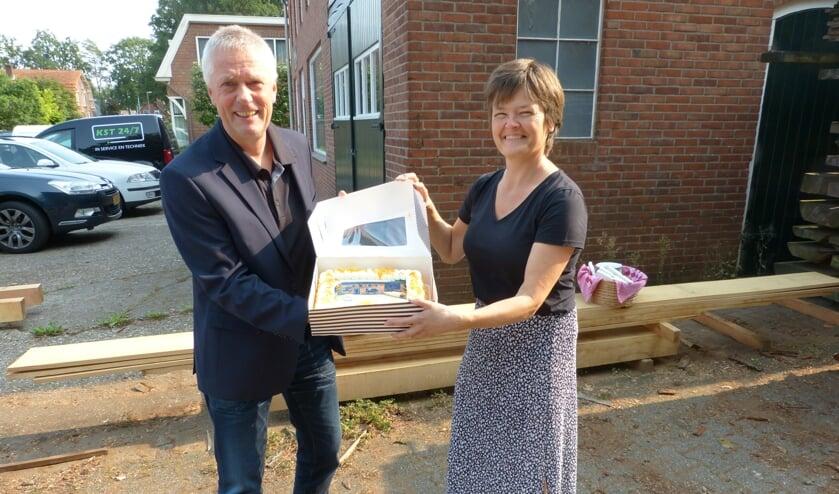 Een speciale taart voor Rick Huiskamp en zijn vrouw. Foto: Bernhard Harfsterkamp